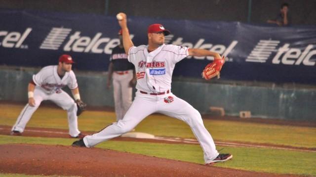 Miguel Ruiz, pitcher de Piratas de Campeche, frente a Rojos del Águila