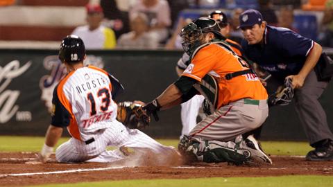 Rolando Acosta de Tigres y Adán Muñoz de Broncos