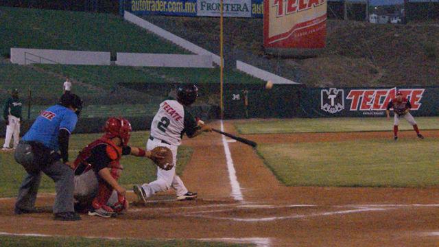 Isidro Piña de Truenos de Tijuana bateando ante Algodoneros
