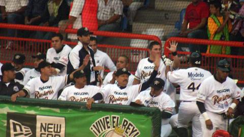 Rieleros de Aguascalientes celebrando ante Rojos del Águila