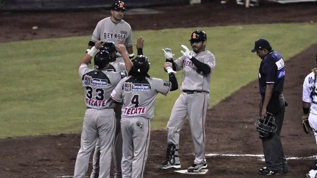 Adán Muñoz de Broncos de Reynosa felicitado en Puebla