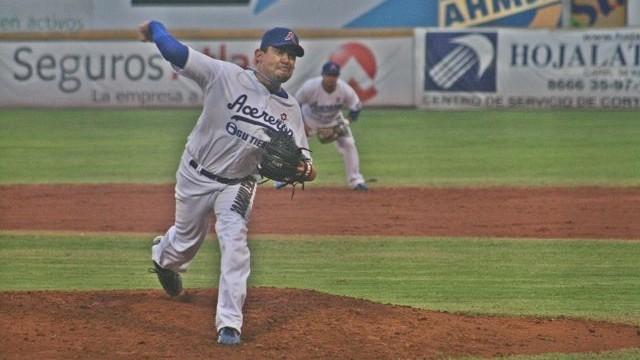 Alfredo García, pitcher de Acereros de Monclova ante Leones