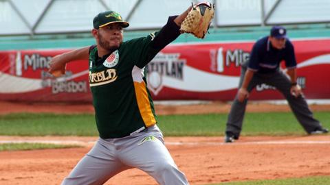 Andrés Meza de Pericos de Puebla lanzando en Minatitlán