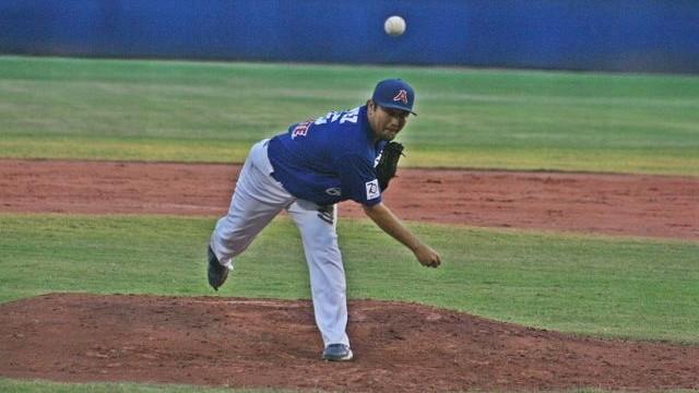 Daniel López de Acereros de Monclova lanzando ante Piratas