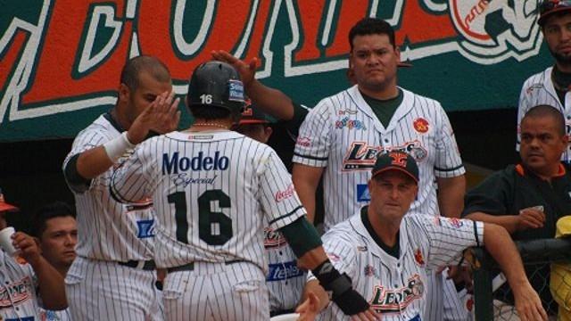 Leones de Yucatan festejando ante Olmecas