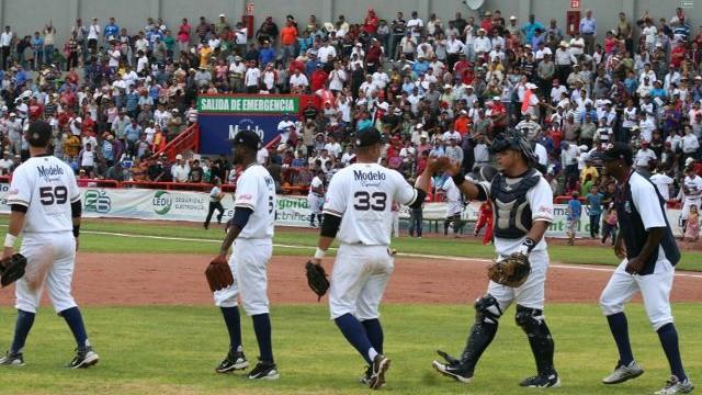 Rieleros de Aguascalientes celebrando el triunfo sobre Acereros