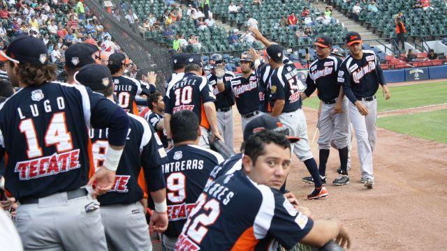 Tigres de Quintana Roo celebrando en Monterrey