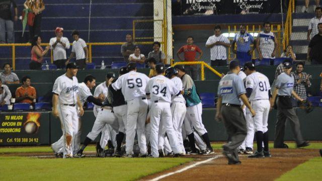 Delfines de Ciudad del Carmen celebran ante Guerreros