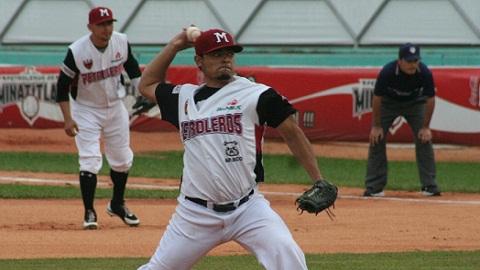 Francisco Madero de Petroleros de Minatitlán lanzando a Broncos