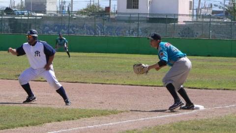 Luis Juárez corriendo por la inicial ante Saraperos
