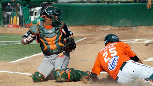 Héctor Páez catcher de Leones de Yucatán y José Salazar corredor de Broncos de Reynosa
